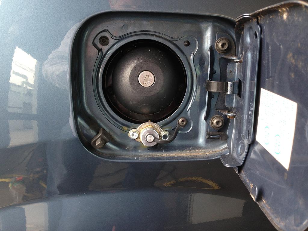Autogas-Umruestung-LPG-Frontgas-DaciaLogan1-Tankstutzen