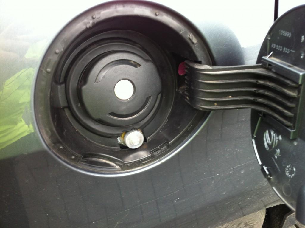 Autogas-Umruestung-LPG-Frontgas-Peugeot-308-Tankstutzen-1024x765