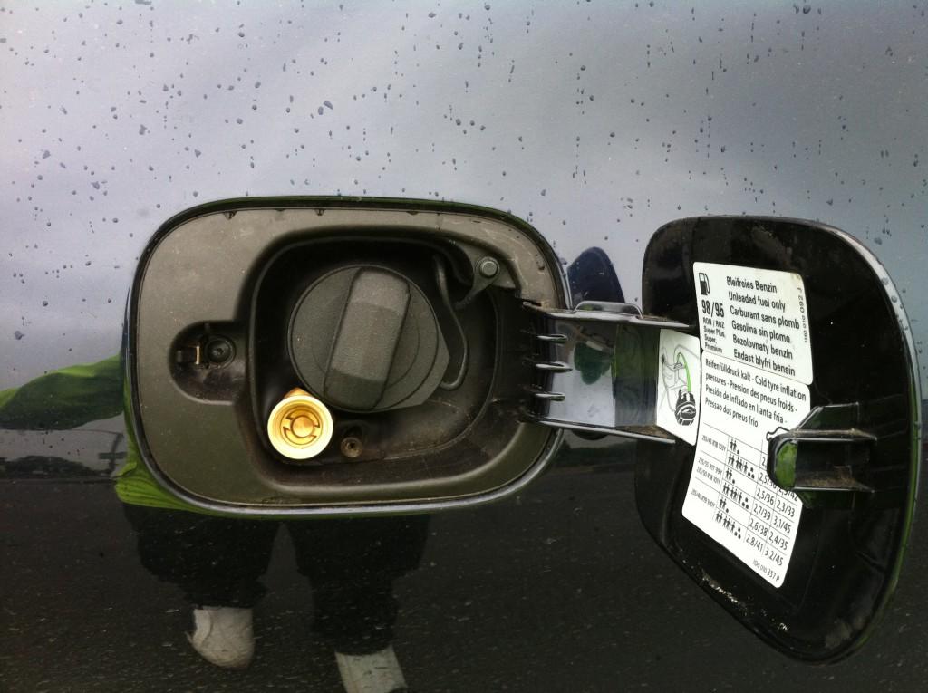 Autogas-Umruestung-LPG-Frontgas-VW-Phaeton-32-Tankstutzen-1024x765
