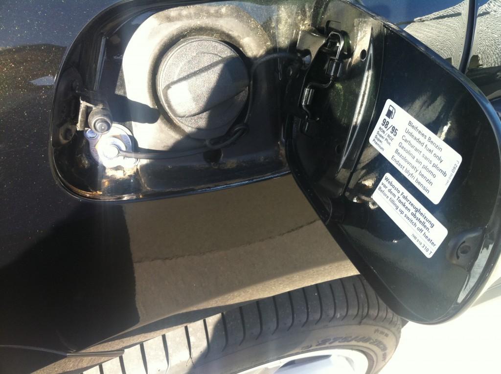 Autogas-Umruestung-LPG.Frontgas-Porsche-Cayenne-S-Tankstutzen-1024x765
