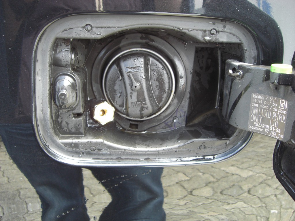 Autogas-Umruestung-LPG-Frontgas-BMW-520-E60-Tankstutzen-1024x768