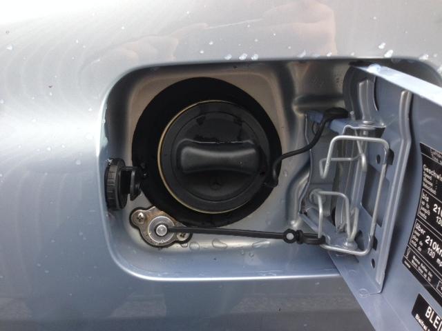Autogas-Umruestung-LPG-Frontgas-Mercedes-S320-W220-Tankstutzen