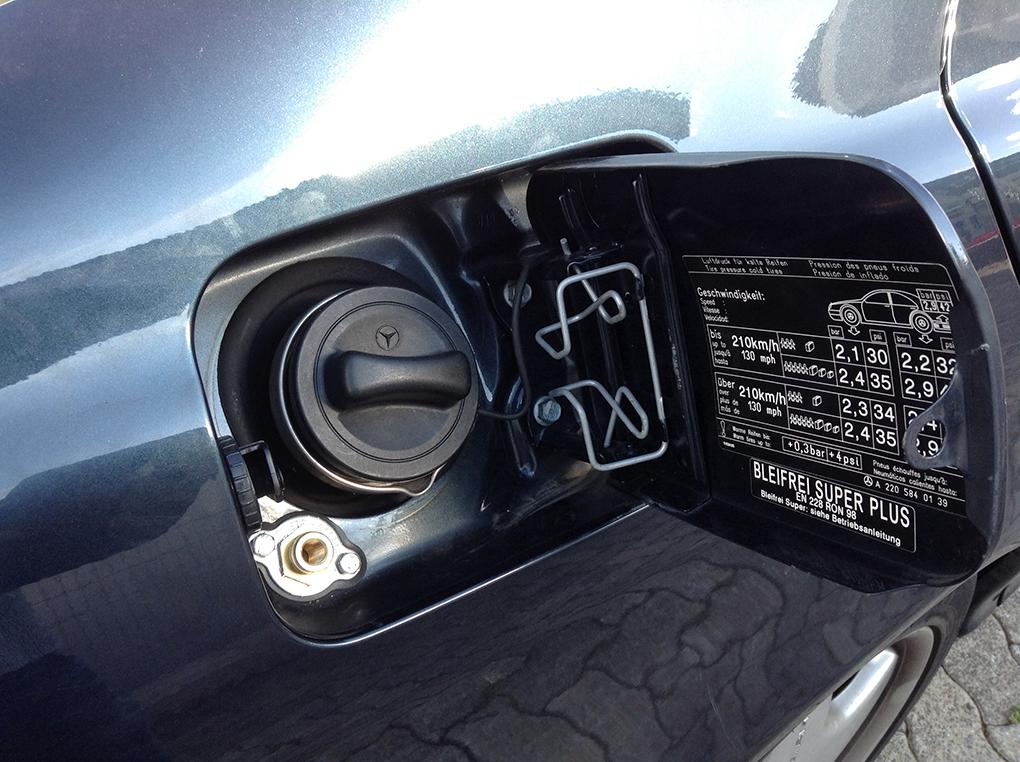 Autogas-Umruestung-LPG-Frontgas-Mercedes-S600-W220-Tankstutzen