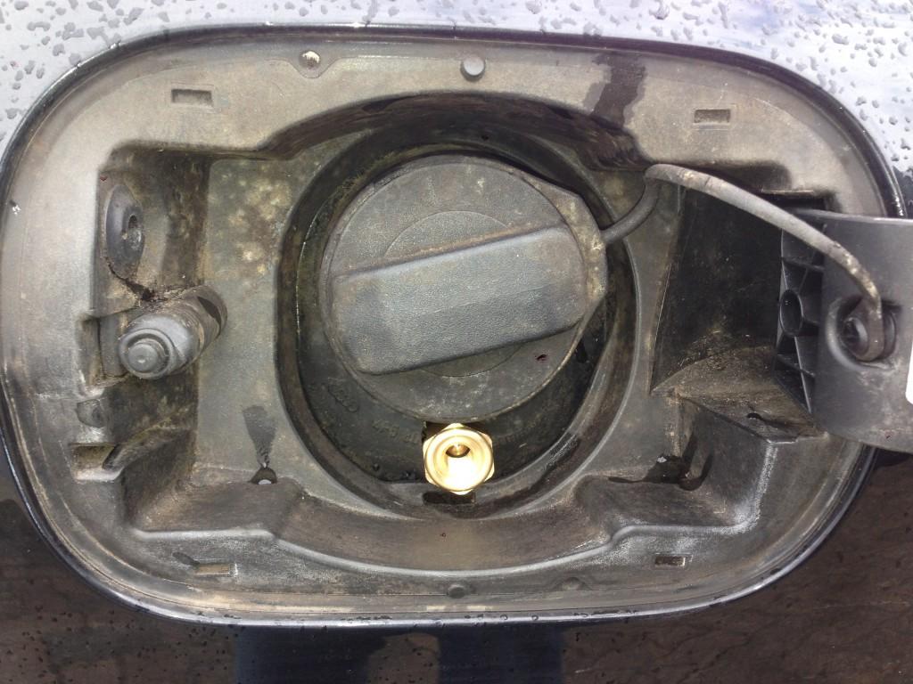 Autogas-Umruestung-LPG-Frontgas-Audi-A6-4F-42-Tankstutzen-1024x768