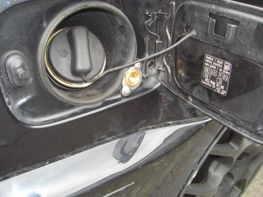 Autogas-Umruestung-LPG-Frontgas-BMW-323-Cabrio-E46-Tankstutzen-1024x768