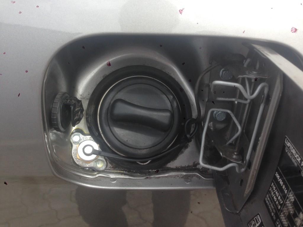 Autogas-Umruestung-LPG-Frontgas-Mercedes-B2003-Tankstutzen-1024x768