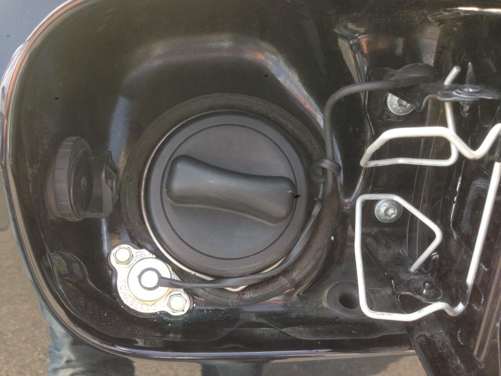 Autogas-Umruestung-LPG-Frontgas-Mercedes-CLK320-W209-Tankstutzen-1024x768