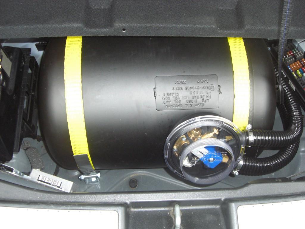Autogas-Umruestung-LPG-Frontgas-Mercedes-GLK280-Tank-1024x768
