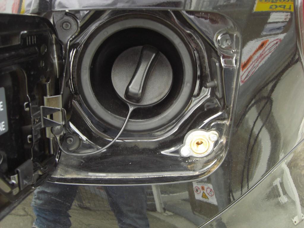 Autogas-Umruestung-LPG-Frontgas-Nissan-Micra-Tankstutzen-1024x768