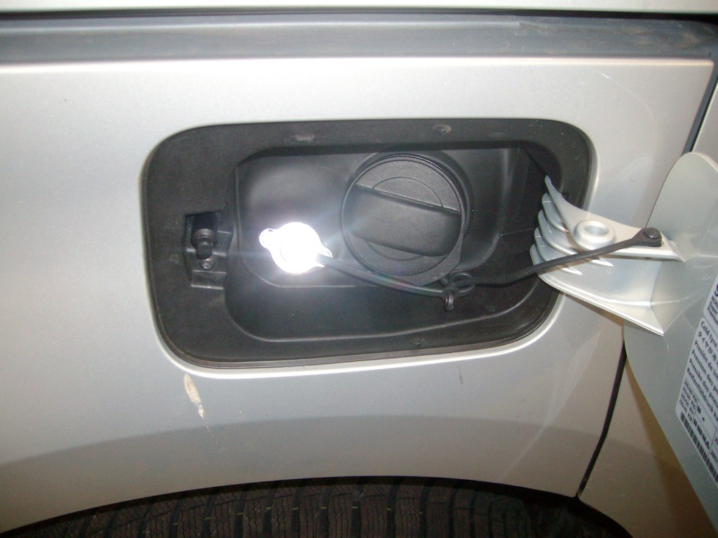 Autogas-Umruestung-LPG-Frontgas-Seat-Alhambra-20TSI-Tankstutzen-1024x768
