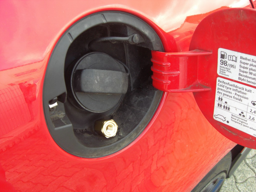 Autogas-Umruestung-LPG-Frontgas-VW-Golf-5-20-TFSI-GTI-Tankstutzen-1024x768