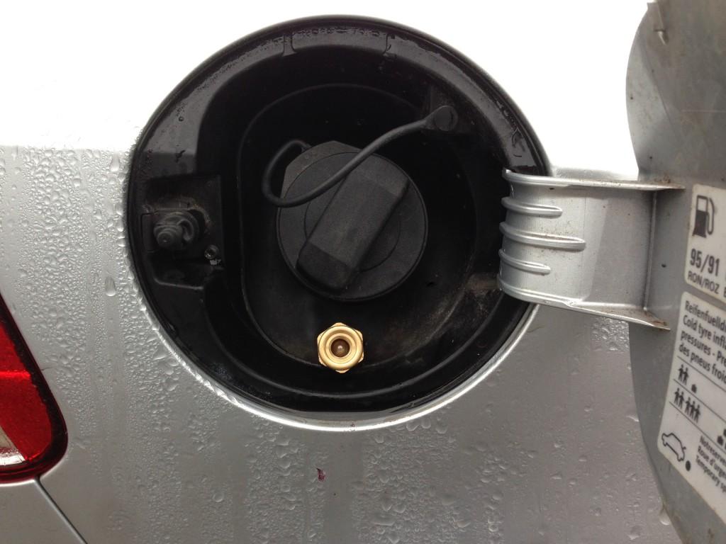 Autogas-Umruestung-LPG-Frontgas-VW-Golf-6-12-TSI-Tankstutzen-1024x768