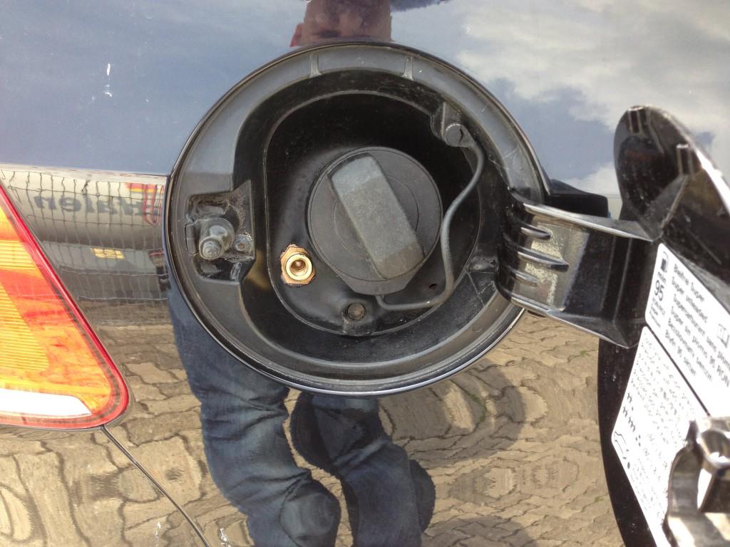 Autogas-Umruestung-LPG-Frontgas-VW-Golf-6-20TSI-GTI-Tankstutzen-1024x768