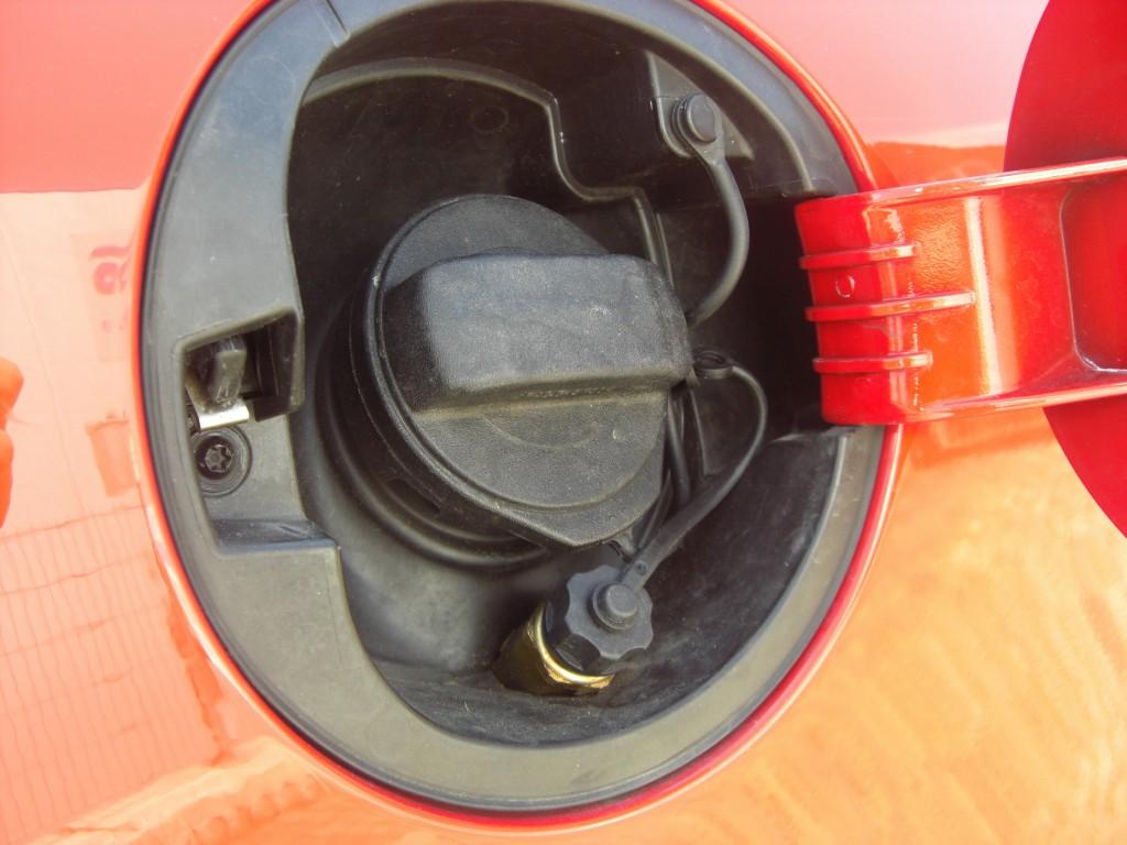 Autogas-Umruestung-LPG-Frontgas-VW-Golf5-16-Tankstutzen-1024x768