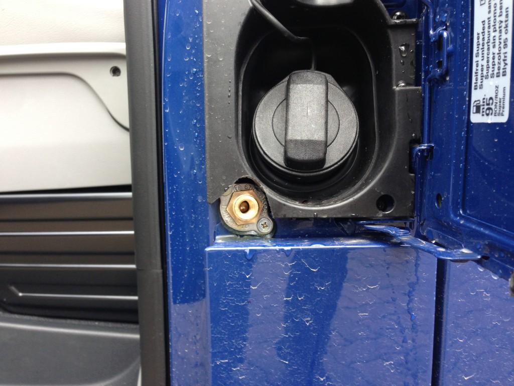 Autogas-Umruestung-LPG-Frontgas-VW-T5-2.0-TSI-Tankstutzen-1024x768