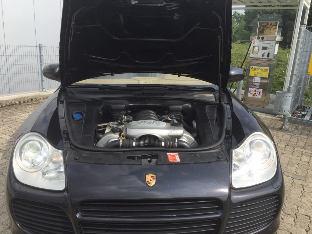 Autogas_Umrüstung-auf-LPG_Porsche-Cayenne_Turbo-Motorraum-3