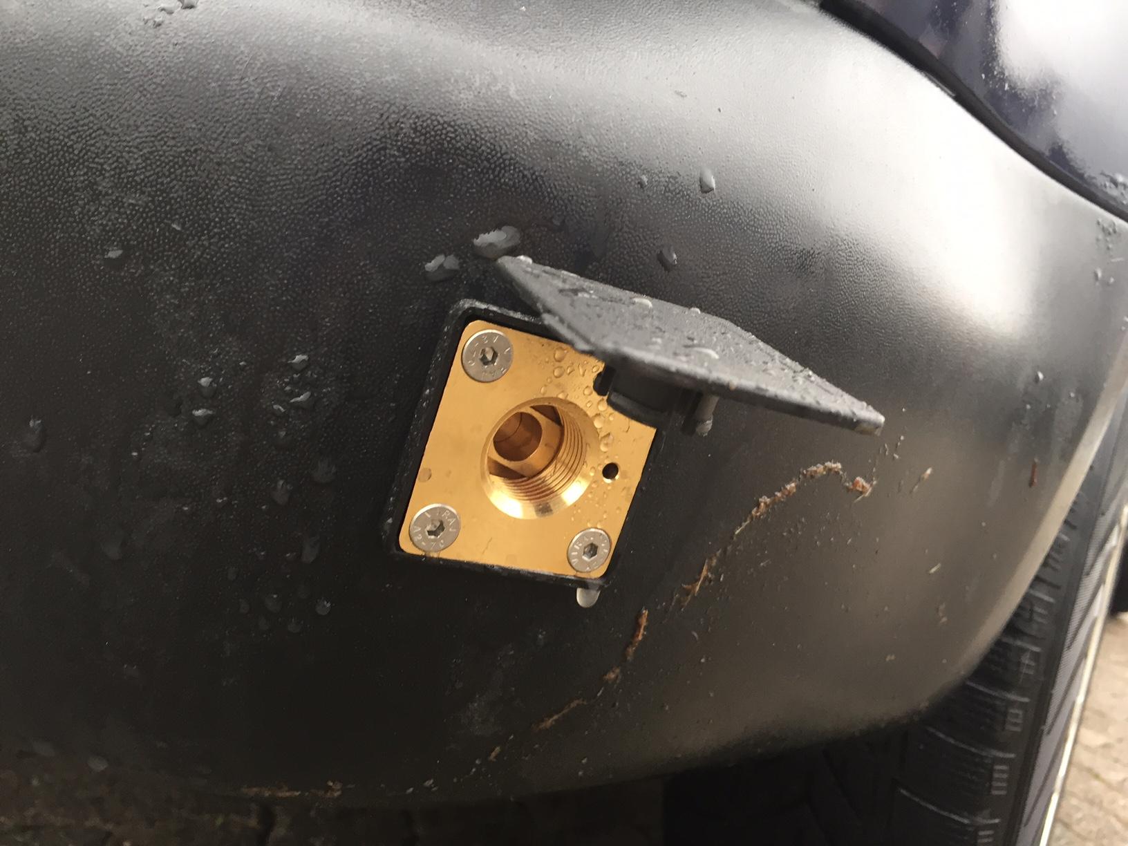 autogas_umruesstung-auf-lpg-autogas-vw-caddy-tsi-direkteinspritzer-tankstutzen
