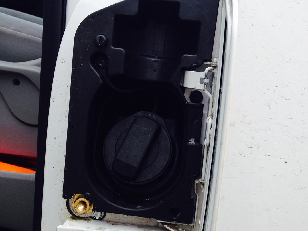 autogas_umruesstung-auf-lpg-autogas_vw_t5_20-direkteinspritzer-tankstutzen-2