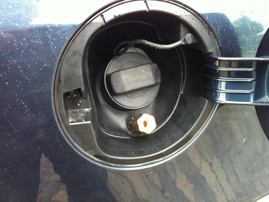 autogas_umruesstung-auf-lpg-vw_golf-14-tsi-direkteinspritzer-tankstutzen