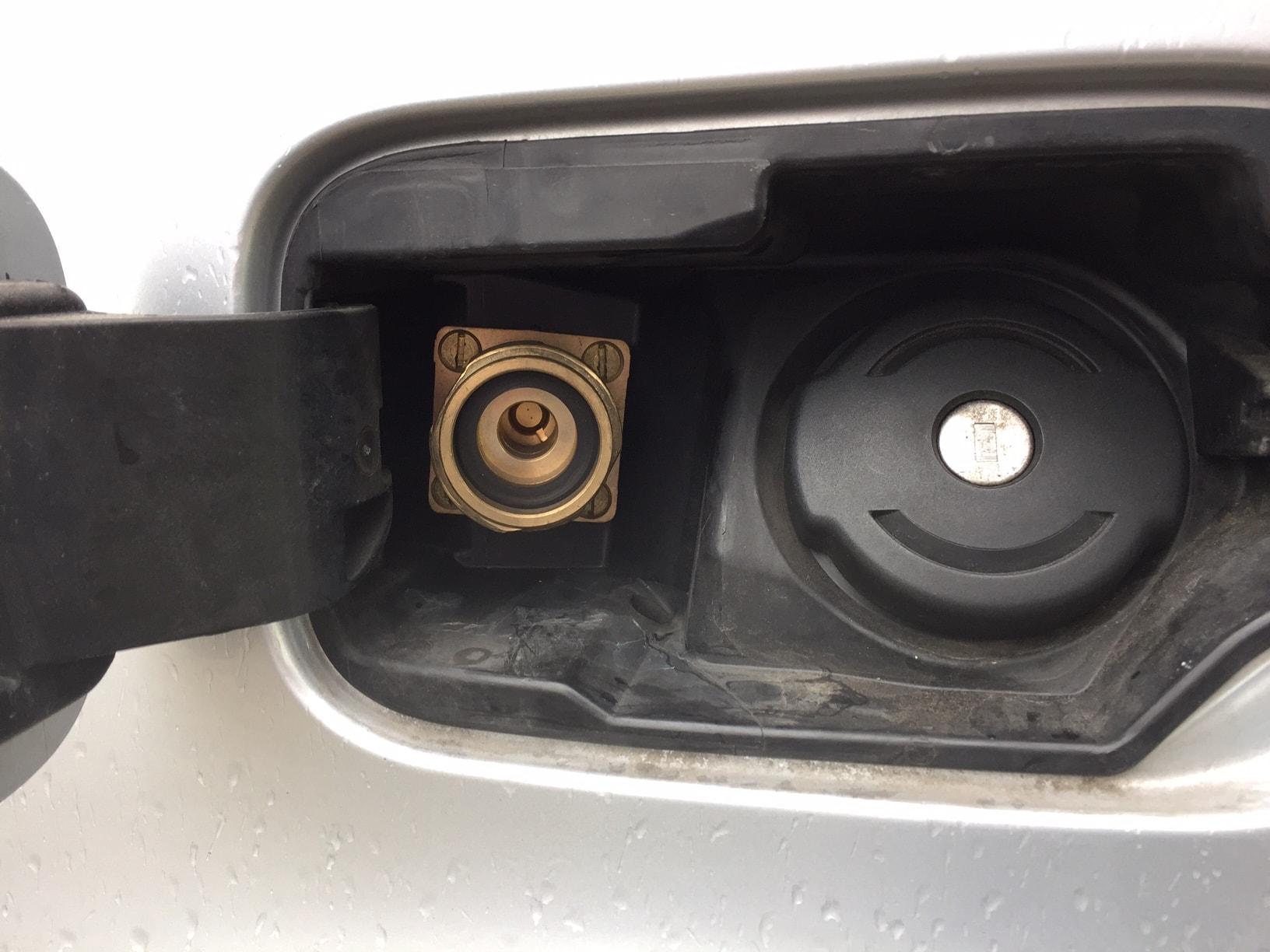 Autogas_R115-Umrüstung-auf-LPG-Autogas_Citrön-Berlingo-Tankstutzen